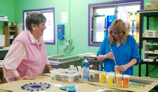 Ruth Klaus and Jessy Carrara make Flowers of Hope at Light Garden Glass Art